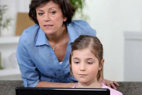 ¿Sabe ud. que ve su hija o hijo en Internet?
